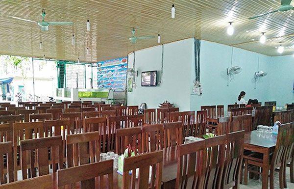 Bàn ghế tại nhà hàng hải sản Bảo Hà Sầm Sơn