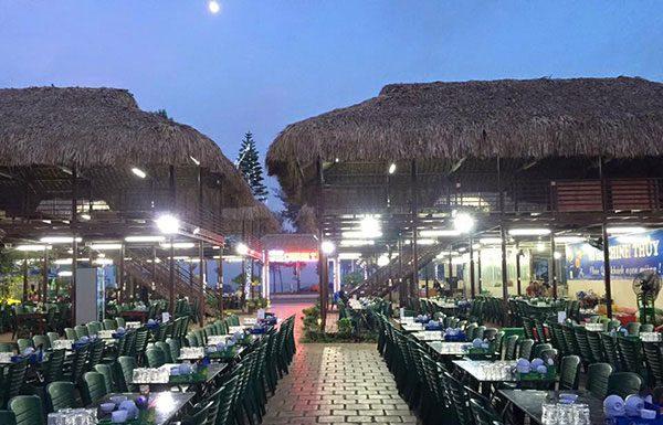 Bàn ăn tại nhà hàng hải sản Chinh Thuỷ Sầm Sơn