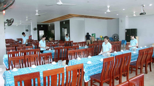 Bàn ăn nhà hàng Tuấn Năm Sầm Sơn
