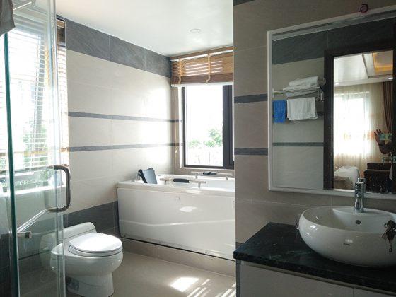 Phòng vệ sinh có bồn tắm